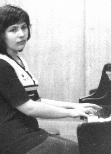 Yelena, 1977 playing grandpiano