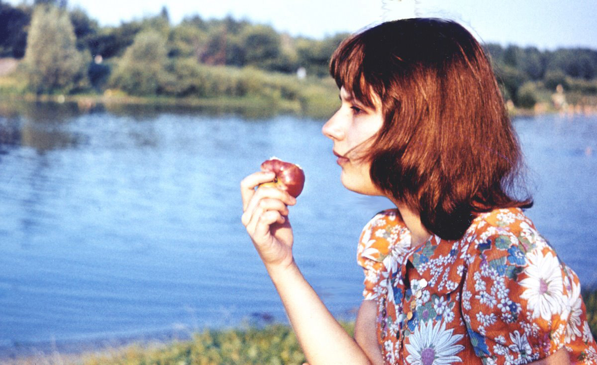 Yelena eating apple on Tsna